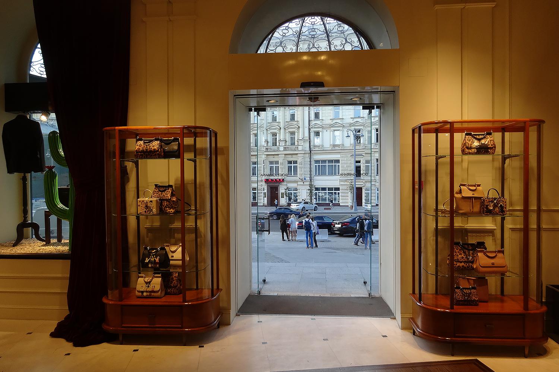 Автоматические цельностеклянные и распашные двери. Магазин Dolce & Gabanna. Москва