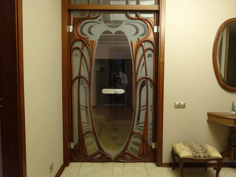 Распашные двери с деревянными накладками. Москва. Квартира