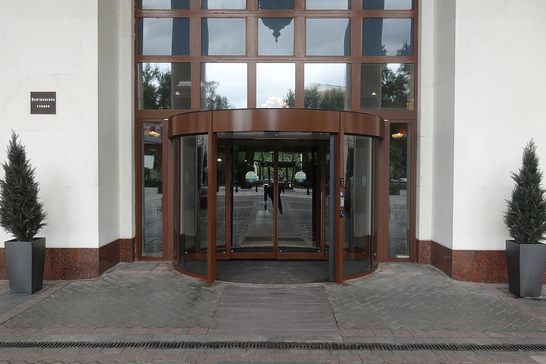 Карусельные дверь KTC с раздвижной дверью. Триумф-Палас. Москва.