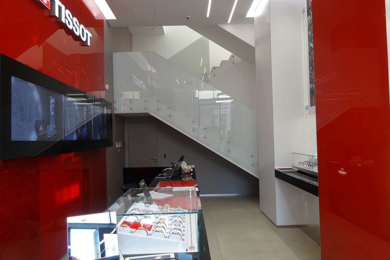 Цельностеклянные лестничные ограждения. Магазин TISSOT. Москва.